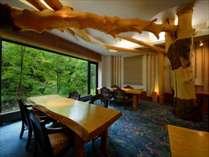 【日本料理きらく】やちはんの木を使った落ち着きのあるレストラン。