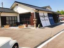 古民家を改装した和風な外観です。JR宮島口の北側に位置します。