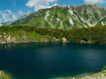 【室堂】みくりが池。春の残雪期は完全に結氷、夏山シーズンに入っても結氷している場合も