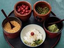 【朝食】人気メニュー「だし茶漬け」安曇野のわさびの花のおひたしと共にお召し上がりください