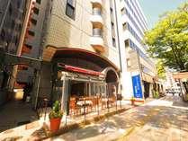 博多駅前通りに面しており、ブルーの看板が目印のホテルです。