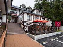 【外観】富士山ろくの西湖にたたずむクラシックなホテル