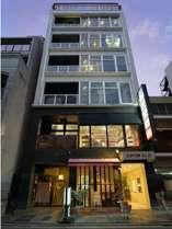 「サンチャゴゲストハウス広島」の看板が目印です!