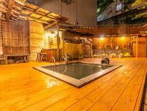 <立ち湯>深さ115センチある立って入る浴槽。足腰に負担をかけず療用としても優れています。