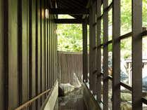 内風呂から露天風呂へはスロープで。和の風情を大切にした落ち着いた雰囲気の露天風呂♪