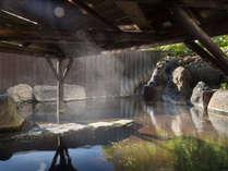 東屋があるので雨や雪の日でも露天風呂を楽しめます。