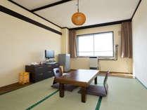 【禁煙】和室・セミコンフォートルーム:広さ約8畳。ベージュの色合いを基調とした落ち着いた雰囲気