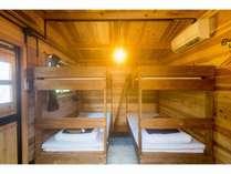 1棟最大4名まで宿泊可能です。エアコン、冷蔵庫完備