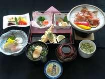 夕食は海鮮をメインに8品程度品の和洋膳※内容は日替わりで提供(写真は1例)