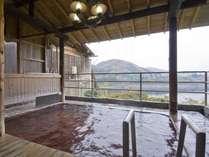 ◆男性専用露天風呂/赤谷の湯 眼下に赤谷湖を望む広々とした露天風呂。24時間利用可能です。
