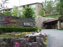 *【当館入口】春には、新しく芽吹いた草木が周辺を彩ります♪