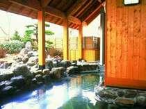 [鹿山の湯 露天風呂] 蓼科の清涼な空気に包まれて、癒しのひとときをどうぞ。