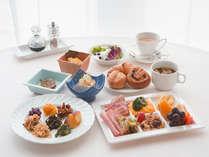 [朝食 和洋ブッフェ] お好きなお料理をお取り分けください。(イメージ)