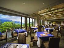[レストラン ラコルタ] 標高1,350mの八ヶ岳を一望できるレストラン。(別館/送迎バスで約5分)