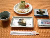 *【朝食一例】地元の契約農家から取り寄せた「キヌヒカリ」等を使用した健康的な和食です!