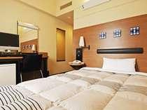 明るく清潔なシングルルーム。110〜140cmのベッドでごゆっくりお休みください。