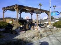 白良浜近くの、町営「つくもと足湯」(無料)まで徒歩15~20分
