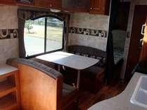 【トレーラーハウス】お部屋のキッチン&お食事席(ガスは使えません)