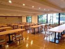 【レストラン】リニューアルで明るく風通しの良い雰囲気に。当ホテル自慢の料理をお楽しみ下さい。