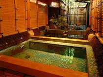 半露天風呂付客室 露天風呂(昼)モネの「睡蓮」をモチーフにデザインしたヴェネチアンガラスの浴槽