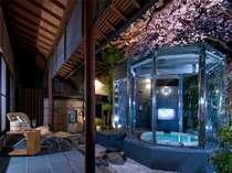 【SHOHEIスイート庭園露天風呂】ライトアップされた幻想的な桜をお湯の中からお楽しみ下さい