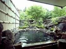 緑に包まれる貸切露天風呂。宿泊の方は無料でご入浴OK!平日なら何回も入れるチャンスUP