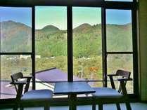 東館10畳のお部屋は、広縁から色づく山々をお楽しみいただくことができます(撮影日10月24日)