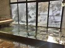 【冬の展望大浴場(女性)】雪景色をながめつつ温まる温泉を楽しむ贅沢