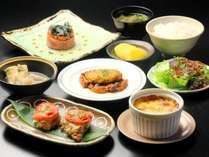 【夕食】お肉や魚を使った和洋折衷の料理が並びます。その季節 旬な食材を心をこめて料理します。