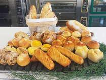 パン屋さんの焼き立てパン