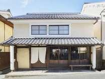 江戸時代から残る築170年の古民家を、町の人々や大工さんの助けを借りながら、皆で改装して作りました。