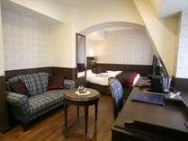 屋根裏チック&チェックのソファが可愛いプレミアキングルーム