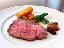 人気の肉厚ジューシーなローストビーフ。3種類の自家製マスタードを添えてお召し上がりください。