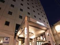 夜のホテルエントランス。『HOTEL RESOL』の看板を目印にお越し下さいませ。