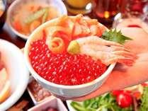 いくら・甘海老・サーモンが、たっぷり盛り放題の海鮮丼も食べ放題です。