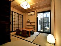 京町家の風情溢れるる貸し切りの宿。庭を臨む客室でゆっくりとおくつろぎ下さい。