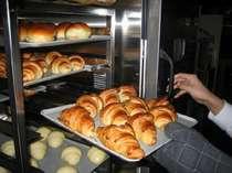 朝食バイキングでは焼きたてのパンをご準備してお待ちしております。