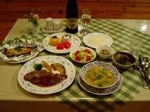 夕食は和洋折衷のコース料理で、山菜や魚介類の和風の2品が付く。この日の肉料理はサーロインステーキ。
