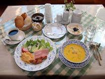 朝食の例。手作りパンと地元の大山ハムや大山乳業製ヨーグルトを使用。春~秋はスープがジュースに変わる。