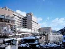 ◆外観・冬/渓流と雪のコントラストが美しい、渓流沿いの老舗宿