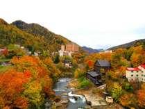 ◆定山渓温泉/紅葉時期は山々が赤黄に色づく、紅葉の名所