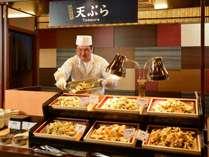 ◆バイキング/天ぷらコーナーでは、和の調理人が揚げたてを提供