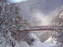 ◆二見吊橋・冬/白銀と赤い吊橋のコントラストは、北国ならではの光景