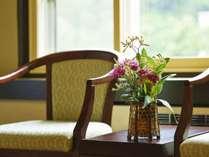 【和室8-10畳/30-35平米】窓際に配した椅子から、渓谷に佇む温泉街を望む