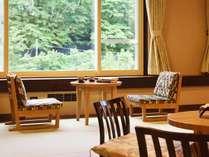 【モダン和洋室/60平米】こだわりの椅子から、温泉街の風流な景色を眺める