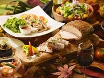 【夕食バイキング/秋の献立】じっくりローストしたお肉は、道産ワインとの相性も抜群