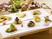 【夕食バイキング/春の献立】実演天ぷらでは、季節の味を感じる山菜や魚介をご用意