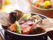 【夕食/和食会席膳】香りも楽しむ秋の味覚、牛肉と道産木の子の朴葉焼き