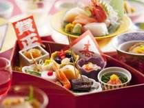 【夕食/正月特別会席膳】おせち料理や、北海道の美味を贅沢に調理した逸品が並ぶ