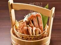 【夕食/追加料理】仕入れ担当者の目利きが光る、身の詰まった大ぶりの二大蟹盛込み